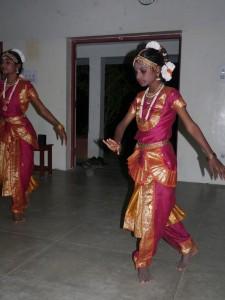 Ponny et Suguna en pleine danse du Barahanatyam